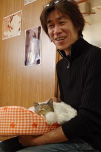 みゅうを抱っこする佐山さん